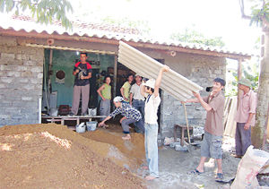 Xã Phú Cường (Tân Lạc) huy động cộng đồng sửa chữa, khắc phục hậu quả,  ổn định nơi ở cho hộ gặp thiên tai xảy ra vào trung tuần tháng 5.  Ảnh: B.M