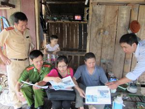 Ngư hộ xóm Vôi, xã Thái Thịnh (TPHB) được tuyên truyền, giáo dục các quy định về đánh bắt thủy sản.