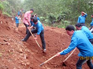 ĐV-TN và nhân dân xã Văn Nghĩa (Lạc Sơn) làm đường dân sinh lên xóm Pheo.