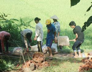 ĐV – TN xã Thượng Cốc tổ chức khởi công xây dựng Nhà Khăn quàng đỏ cho gia đình em Bùi Thị Nhàn.
