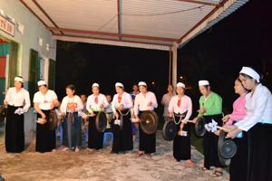 Hội viên phụ nữ tổ 10, phường Thịnh Lang (TPHB) luyện tập các bài chiêng.