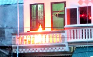 Một gia đình hóa vàng ngay trên ban công tầng 2, bên cạnh có rất nhiều đường dây điện.