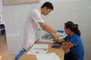 Trong các trường hợp phải làm (phẫu thuật, thủ thuật), cơ sở y tế bắt buộc phải làm xét nghiệm HIV để đảm bảo an toàn cho người bệnh và tránh nguy cơ gây nhiễm. Ảnh: Xét nghiệm máu cho bệnh nhân tại bệnh vện Đa khoa thành phố Hòa Bình.