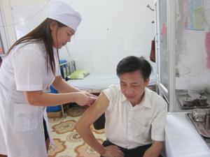 Người bị chó, mèo cắn đến Trung tâm YTDP tỉnh tiêm vắcxin ngừa bệnh dại.