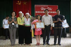 Lãnh đạo UBND huyện Kỳ Sơn trao giấy khen cho gia đình đạt giải nhất.