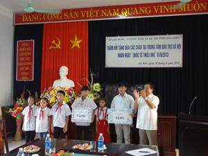 Lãnh đạo Sở trao quà cho trẻ em tại Trung tâm.