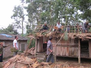 CCB chi hội 2, xóm Yên Hòa 2 giúp đồng đội sửa lại phần nhà bị tốc mái.