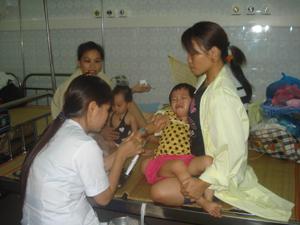 Cán bộ khoa Nhi (Bệnh viện đa khoa tỉnh) điều trị cho bệnh nhi bị viêm phế quản phổi.