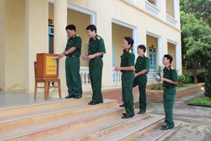 Cán bộ Ban CHQS huyện duy trì thường xuyên tiết kiệm ủng hộ người nghèo.