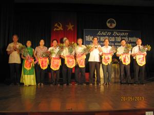 Lãnh đạo Hội NCT tỉnh và UBND thành phố trao cờ lưu niệm cho các đơn vị.