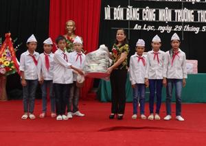 lãnh đạo Sở LĐ, TB & XH trao quà học sinh trường THCS An Lạc (Lạc Thủy).