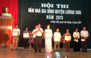 Ban tổ chức Hội thi trao giải cho các gia đình tham gia đạt kết quả cao.