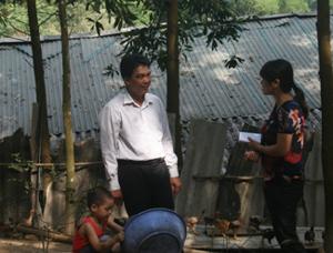 Anh Yên trao đổi về dự án gà đồi sạch cho các hội viên nông dân trên địa bàn thị trấn Kỳ Sơn.