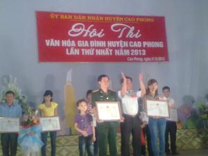 BTC trao giải nhất cho 2 gia đình tại hội thi.