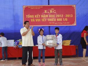 Lãnh đạo Sở LĐ, TB & XH trao quà cho học sinh trường liên cấp tiểu học, THCS Lạc Sỹ - Yên Thuỷ.