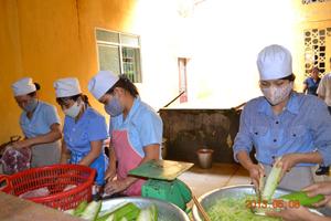 Đa dạng các loại thực phẩm trong bữa ăn giúp phòng ngừa thiếu vi chất dinh dưỡng cho trẻ. Ảnh chụp tại bếp ăn Trường MN Unicef (TPHB).