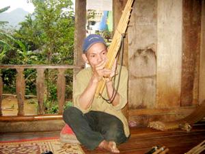 Một nghệ nhân dân tộc Thái (Mai Châu) đang biểu diễn khèn bè.