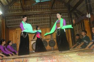 Điệu múa sạp truyền thống của người Thái Mai Châu được các đội văn nghệ bảo tồn và phát triển, phục vụ khách du lịch.