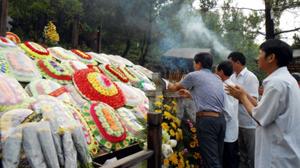 Người dân khắp mọi miền Tổ quốc dâng hương lên mộ Đại tướng Võ Nguyên Giáp.