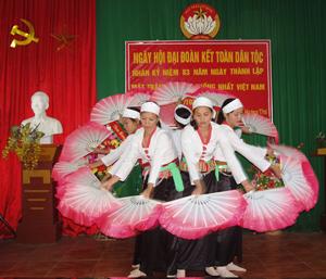 Huyện Lạc thủy hiện có 16 đội thông tin, trong đó có 1 đội thông tin lưu động của huyện và 15 đội của cấp xã, thị trấn. Ảnh: Đội văn nghệ KDC thôn Thung Trâm, xã Hưng Thi (Lạc Thủy) biểu diễn văn nghệ trong ngày hội ĐĐK toàn dân tộc năm 2013.