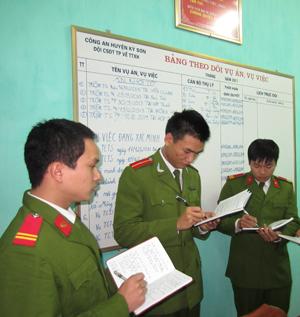 Đội Cảnh sát điều tra tội phạm TTXH Công an huyện Kỳ Sơn trao đổi, rút kinh nghiệm sau mỗi vụ án được giải quyết thành công.