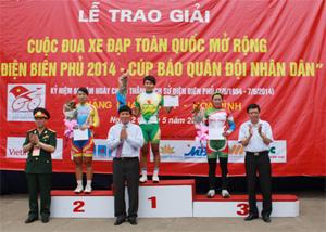 Đồng chí Trần Đăng Ninh, Phó Chủ tịch UBND tỉnh và đại diện BTC trao giải, tặng hoa cho các VĐV nữ.