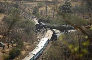 Đầu máy xe lửa kéo theo một số toa trật khỏi đường ray. Ảnh: Reuters.