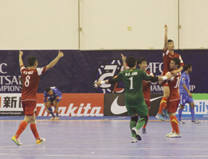 Các cầu thủ futsal Việt Nam vỡ òa trong niềm vui, khi tạo nên chiến tích lịch sử: vào tứ kết giải châu Á, ảnh: Trọng Vũ