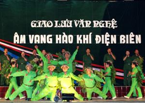 """Tiết mục hát múa bài """"Hành quân xa"""" của CBCS Bộ CHQS tỉnh trong đêm giao lưu."""
