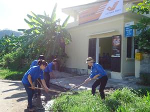ĐV-TN cơ quan Bưu điện tỉnh, Tỉnh đoàn dọn dẹp, sửa chữa điểm BĐVH xã Sủ Ngòi (TPHB).
