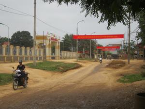 Phòng VH-TT huyện Lạc Sơn xây dựng hệ thống panô, áp phích, băng rôn, khẩu hiệu phục vụ công tác tuyên truyền Hiến pháp tại thị trấn Vụ Bản.