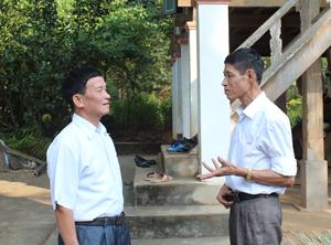 Ông Vì Xuân Điệp (bên trái) đến từng nhà hội viên tuyên truyền, vận động con em không mắc tệ nạn xã hội.