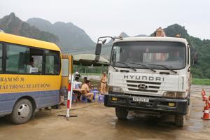 Lực lượng chức năng thực hiện kiểm tra phương tiện tại Trạm cân xe di động được bố trí tại khu vực nhà máy xi măng Vĩnh Sơn, nằm trên đường Hồ Chí Minh.