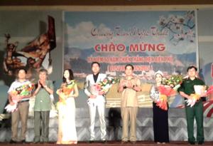 Thay mặt lãnh đạo tỉnh, đồng chí Nguyễn Văn Quang, Phó Bí thư Thường trực Tỉnh ủy, Chủ tịch UBND tỉnh tặng hoa cho các đơn vị tham gia biểu diễn nghệ thuật.