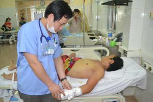 Bệnh nhân Nguyễn Ngọc Thọ điều trị tại khoa Hồi sức cấp cứu (Bệnh viện Đa khoa tỉnh).