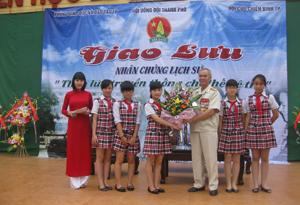 CCB Tạ Duy Sản trong một buổi nói chuyện với học sinh các trường tiểu học, THCS trên địa bàn thành phố Hoà Bình.