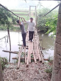 Cầu treo xóm Thọng, xã Tuân Lộ (Tân Lạc) được khuyến cáo không sử dụng được.