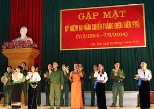 Một tiết mục văn nghệ đặc sắc ca ngợi chiến thắng Điện Biên Phủ được biểu diễn trong buổi gặp mặt.