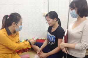 """Nhóm từ thiện """"LIGHT"""" tặng quà cho gia đình bệnh nhi đang điều trị tại Khoa Nhi (Bệnh viện đa khoa tỉnh)."""