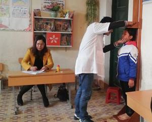Cán bộ y tế khám, tư vấn sức khỏe cho học sinh trường tiểu học Kim Đồng (Đà Bắc).