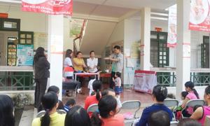 Cán bộ dự án hướng dẫn quy trình rửa tay với xà phòng đúng cách cho nhân dân thị trấn Đà Bắc.
