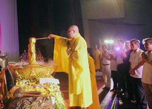 Các đại biểu thực hiện nghi lễ Tắm Phật.