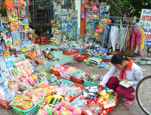 Trẻ tìm mua đồ chơi tại một cửa hàng bán đồ chơi trẻ em  trên đường Thịnh Lang (TPHB).