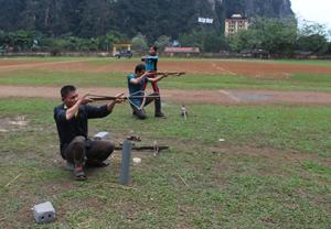 Các VĐV đội tuyển  bắn nỏ huyện Tân Lạc chia sẻ kinh nghiệm thi đấu ở nội dung cá nhân nam quỳ bắn.