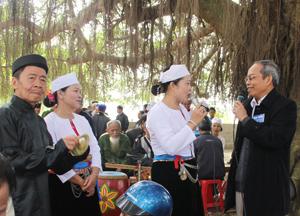 Các nghệ nhân Mường Vang (Lạc Sơn) giao lưu và hát các làn điệu dân ca Mường tại lễ hội mùa xuân của xứ Mường. Ảnh: HD