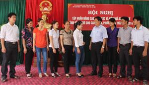 Các học viên trao đổi thông tin với đại diện Ban vì sự tiến bộ phụ nữ cấp tỉnh, huyện.
