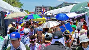 Người biểu tình trước Tòa nhà chính phủ Thái Lan - Ảnh: Minh Quang