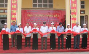 Đồng chí Bùi Văn Cửu, Phó Chủ tịch TT UBND tỉnh và các đồng chí lãnh đạo Sở VH-TT&DL, Huyện ủy, UBND huyện Cao Phong và xã Dũng Phong cắt băng khai trương Phòng trưng bày.