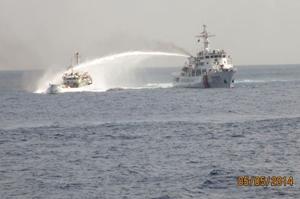 Tàu Trung Quốc uy hiếp tàu Việt Nam bằng vòi rồng.
