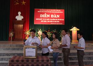 Các đại biểu ủng hộ gây quỹ hỗ trợ cho học sinh, sinh viên khuyết tật.